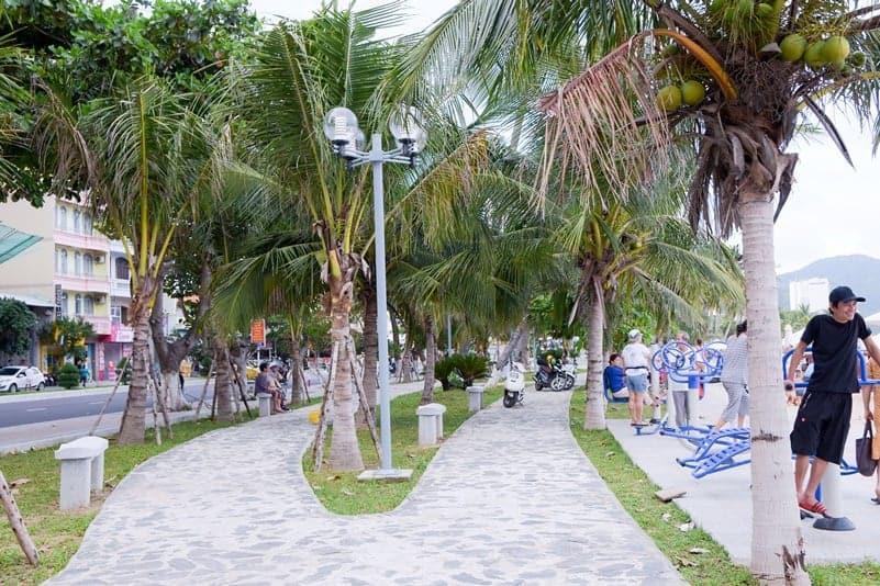 Cảnh vật gần bãi biển khi thuê phòng khách sạn nha trang ở theo tháng