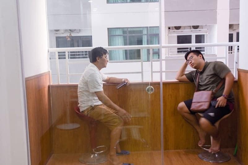 Khu vực ghế ngồi thoải mái tại ban công căn hộ khách sạn Nha Trang