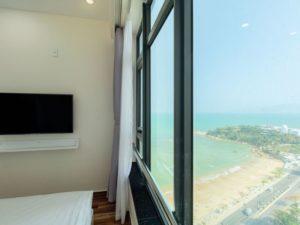 nhìn biển từ phòng ngủ căn hộ khách sạn view biển