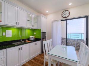 phòng bếp căn hộ khách sạn view biển
