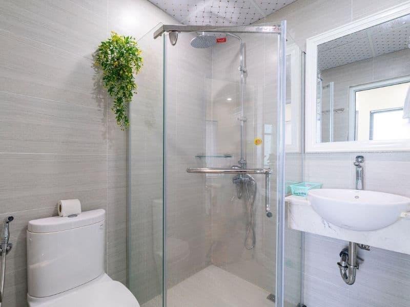 phòng vệ sinh căn hộ khách sạn view biển