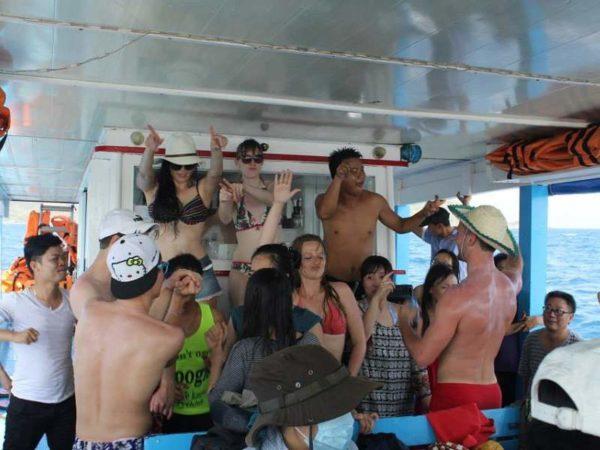 Tham gia văn nghệ vui nhộn tại đảo Robinson