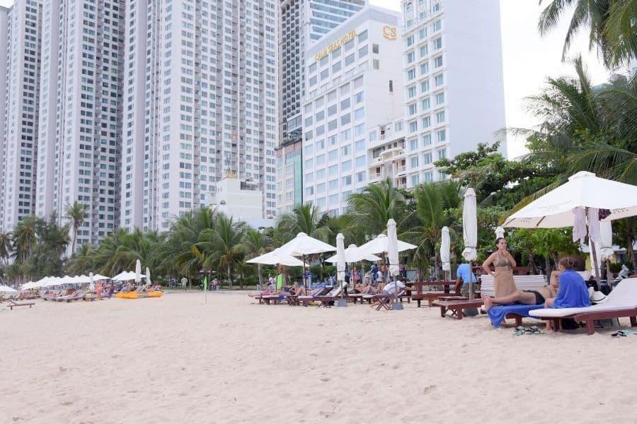 Du khách nước ngoài ở bãi biển Nha Trang