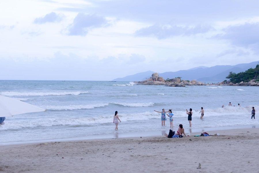 Khách tắm biển Nha Trang
